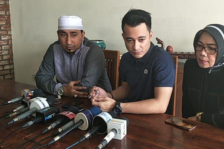 Eza Gionino menggelar jumpa pers didampingi manajer dan guru spiritualnya di restoran Cwie Mie Malang, Depok, Jawa Barat, Rabu (11/7/2018.