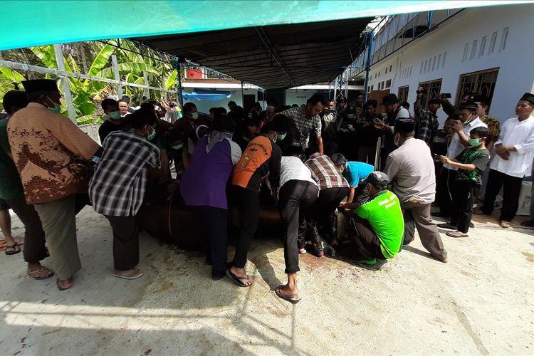 Suasana penyembelihan Hewan Kurban Bantuan Presiden Joko Widodo di Masjid Nurmaunah, Dusun Mulusan, Kecamatan Paliyan, Gunungkidul, Yogyakarya, Minggu (11/8/2019)(MARKUS YUWONO)