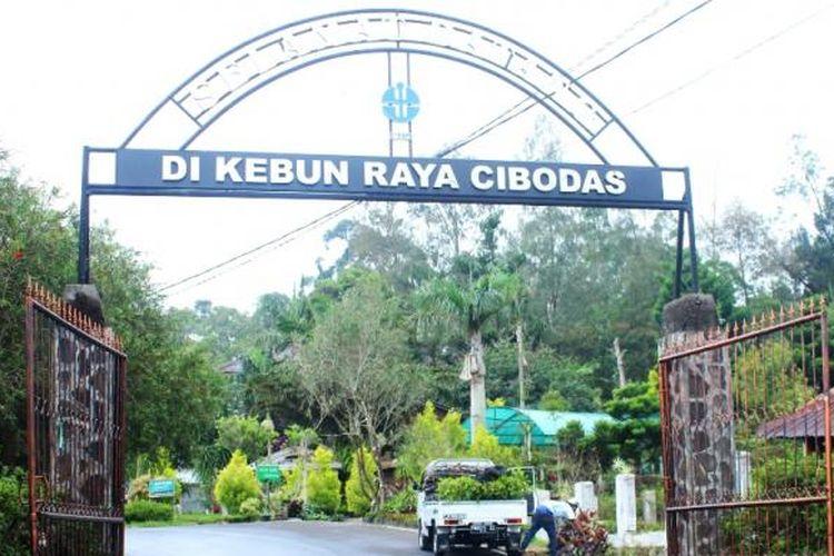 Gerbang Kebun Raya Cibodas, Cianjur, Jawa Barat. Menyimpan dan melestarikan banyak tanaman langka nan unik, seperti bunga bangkai dan bunga sakura.