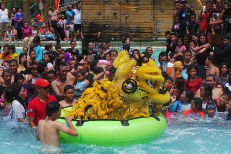 Barongsai menghibur wisatawan di kolam renang wahana Dragon Slide Ocean Water Adventure Taman Impian Jaya Ancol, Jakarta, Senin (8/2/2016). Perguruan Cetiya Kusala Cetana berasal dari Desa Tegal Angus, Kecamatan Teluk Naga, Kota Tangerang, Banten.