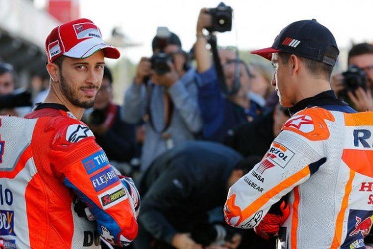 Pebalap Ducati Team, Andrea Dovizioso (kiri), berpose jelang seri balap GP Valencia di Sirkuit Ricardo Tormo, Kamis (9/11/2017).