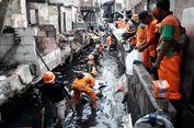 Pasukan Oranye Bersihkan Sisa Kebakaran di Tomang