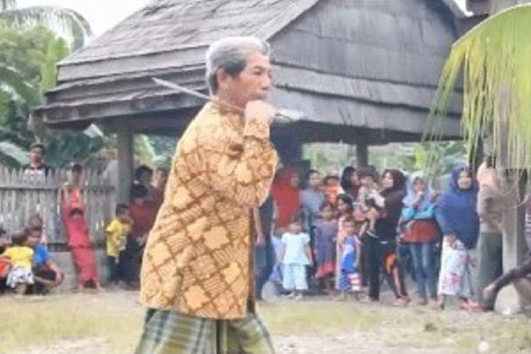 Mamose. Tradisi uji keberanian menebas tubuh dengan parang ala warga Budong-budong di Mmauju tengah sulawesi barat
