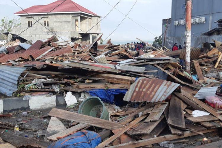 Sejumlah bangunan ambruk akibat gempa di Palu, Sulawesi Tengah , Sabtu (29/9/2018).