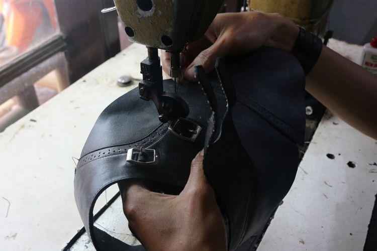 Industri rumahan menjadi penyumbang signifikan ekonomi di Bandung. Dahulu, Ayah Cindy adalah pembuat sepatu.