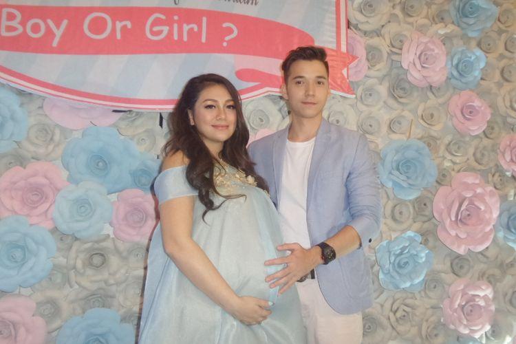 Celine Evangelista dan Stefan William ditemui setelah menggelar acara baby shower atau tujuh bulanan di Arion Swiss-Belhotel Kemang, Jakarta Selatan, Minggu (20/8/2017).