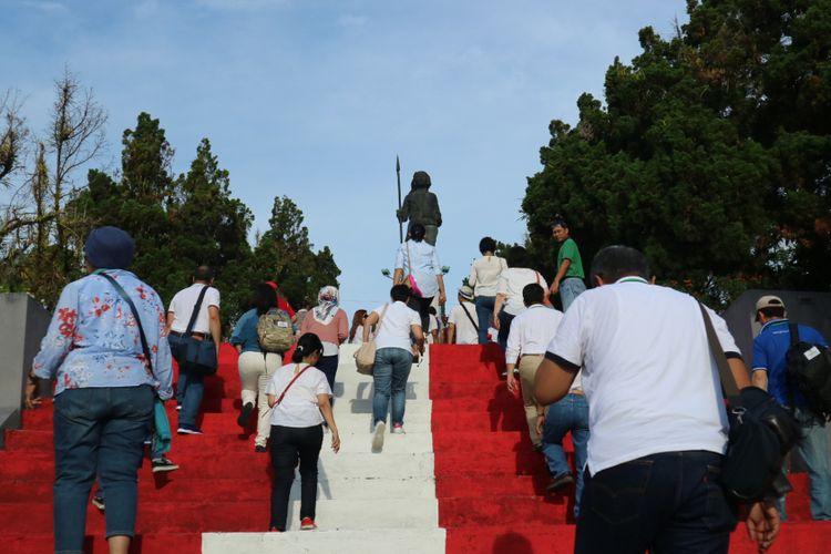 Wisatwan ramai mengunjungi salah satu ikon Kota Ambon, yaitu monumen Pahlawan Kristina Marta Tiahahu, Sabtu (11/11/2017).