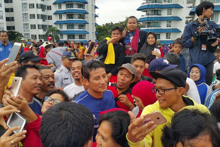 Wakil Gubernur DKI Jakarta Sandiaga S Uno berfoto dengan masyarakat yang mengikuti CFD di JLNT Antasari.