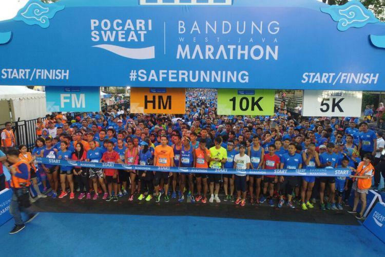 Para peserta bersiap melakukan start dalam acara Bandung West Java Marathon, Minggu (30/7/2017).