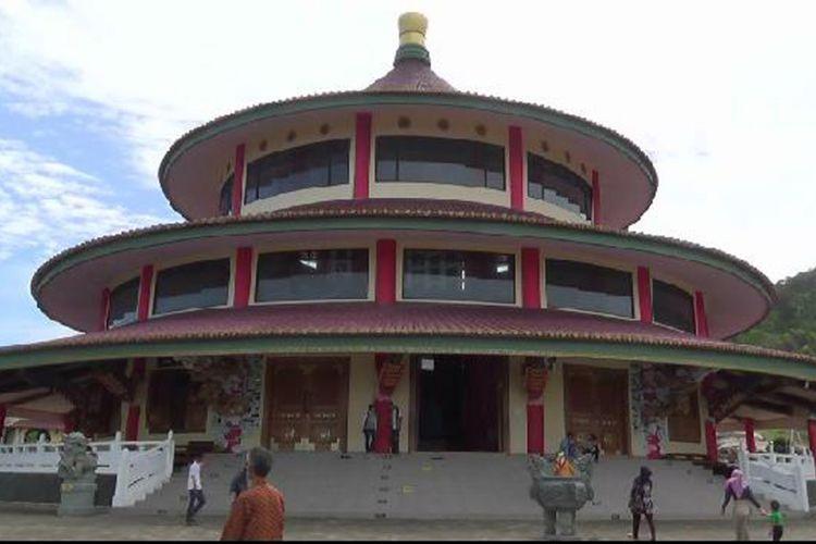 Bangunan Puri Tri Agung yang menghadap langsung ke Laut Tiongkok Selatan.