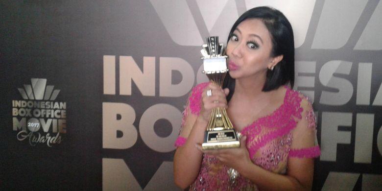 Asri Welas berpose usai memenangkan penghargaan di acara Indonesian Box Office Movie Award 2017, di Kawasan Daan Mogot, Jakarta Barat, Rabu (29/3/2017).