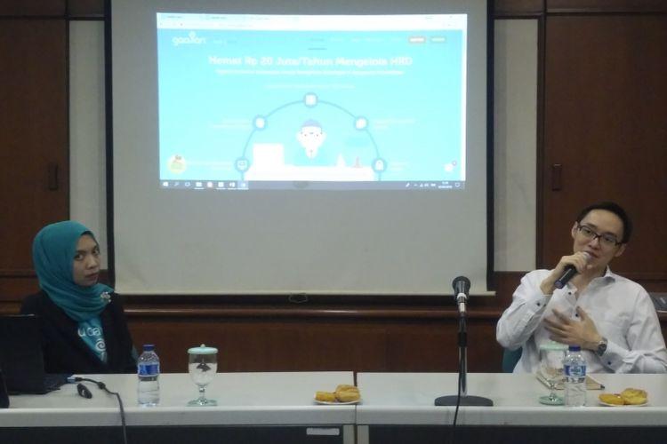 CEO Gadjian, Afia R Fitriati (kiri) dan CEO KoinWorks Benedicto Haryono (kanan) dalam paparan soal fitur pinjaman karyawan di Gedung Binasentra, Jakarta, Kamis (3/5/2018).
