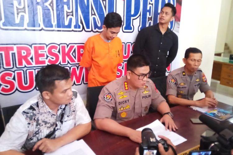 MA (29) saat ditangkap polisi dalam kasus ujaran kebencian melalui ITE di Mapolda Sulsel, Jumat (17/5/2019).