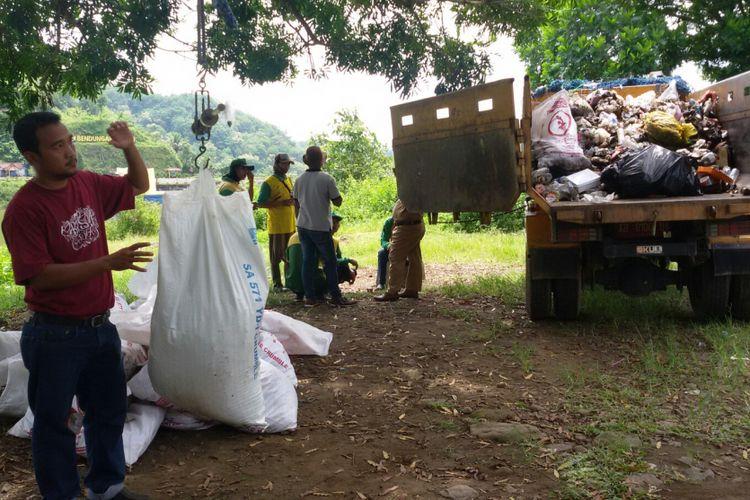 Sampah plastik terlihat dominan pada bak truk yang siap berangkat ke tempat pembuangan akhir  Kulin Progo, DI Yogyakarta. BKSDA Yogyakarta dan puluhan relawan mengumpulkan sampah itu dari sepanjang jalan yang membelah hutan Suaka Margasatwa Sermo di Kulon Progo.