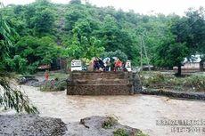 Jembatan Diterjang Banjir, Warga Dua Desa di Bima Terisolir