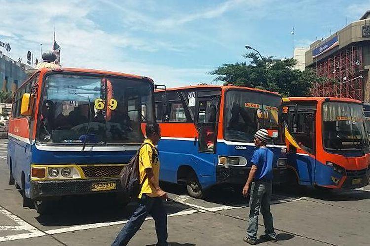 Sejumlah metromini di Terminal Blok M, Jakarta.