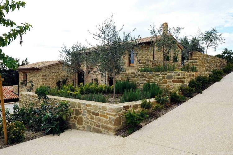 Karena letaknya berdekatan dengan situs peninggalan masa Romawi serta usianya yang tergolong sudah tua, maka pengerjaan renovasi rumah harus melalui persetujuan dewan setempat.