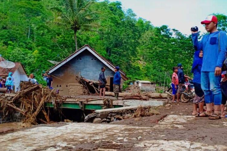 Kondisi terkini usai banjir bandang di Tiris, Probolinggo. Jembatan penghubung ke kebun teh rusak.