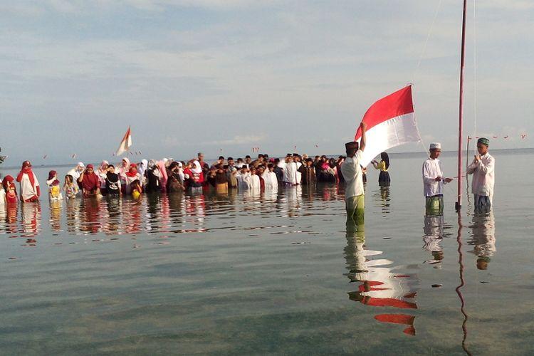 Suasana upacara bendera puluhan santri di laut Kamis (17/8/2017)