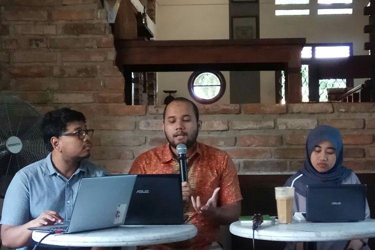 Peneliti Masyarakat Pemantau Peradilan Indonesia (MaPPI) Fakultas Hukum Universitas Indonesia, Siska Trisia (kanan) membeberkan temuan pihaknya mengenai pungutan liar di lima Pengadilan Negeri di lima kota se-Indonesia, di Bakoel Koffie Cikini, Jakarta, Jumat (9/12/2017).