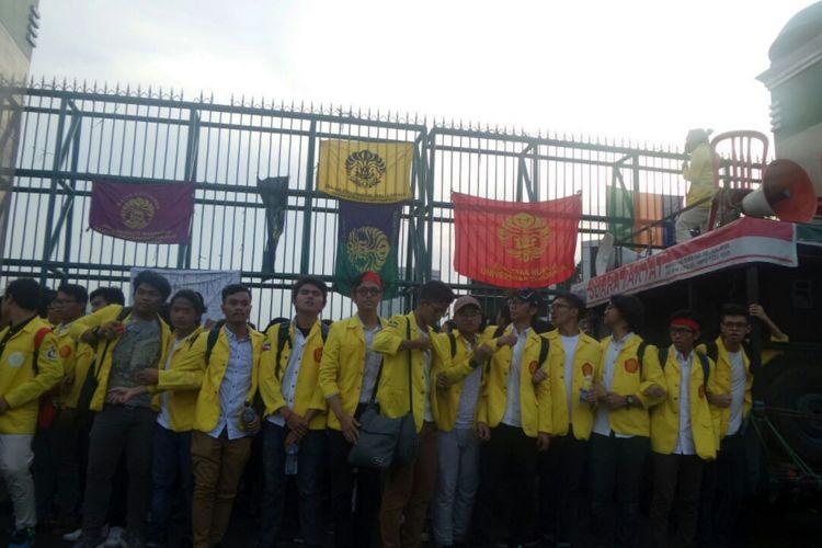 Aksi sejunlah mahasiswa Universitas Indonesia di halaman Kompleks Parlemen, Senayan, Jakarta, Kamis (5/10/2017). Aksi tersebut memprotes hasil praperadilan Setya Novanto serta perpanjangan masa kerja pansus hak angket KPK.