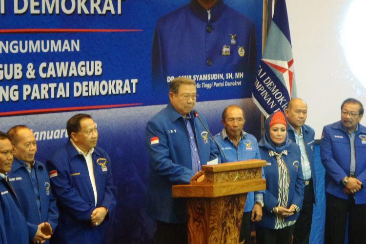 Ketua Umum Partai Demokrat Susilo Bambang Yudhoyono (SBY) bersama pimpinan partai saat mengumumkan 17 pasangan cagub dan cawagub Pilkada Serentak 2018 di Wisma Proklamasi, Jakarta Pusat, Minggu (7/1/2018).