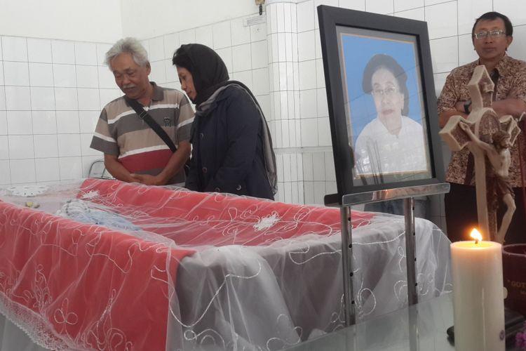 Jenazah Genoneva Misiati, ibu Petrus Bima Anugrah atau Bimo Petrus saat disemayamkan di Yayasan Gotong Royong, Kota Malang, Senin (6/8/2018)