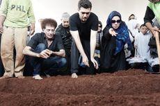 Terbang dari Milan, Rini S Bono Saksikan Pemakaman Faldy Albar dari Video Call