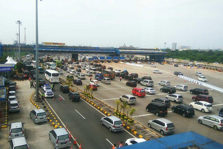 Gerbang Tol Cikarang Utama menjelang puncak arus balik, Jumat (30/6/2017).