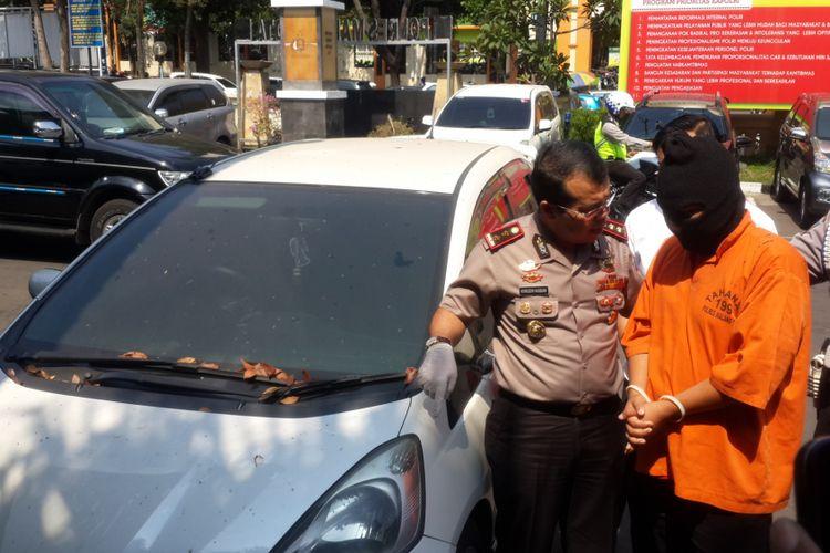 Kapolres Malang Kota AKBP Hoiruddin Hasibuan bersama Muhammad Syaiful Arif, pelaku penipuan online di Mapolres Malang Kota, Jumat (8/9/2017).