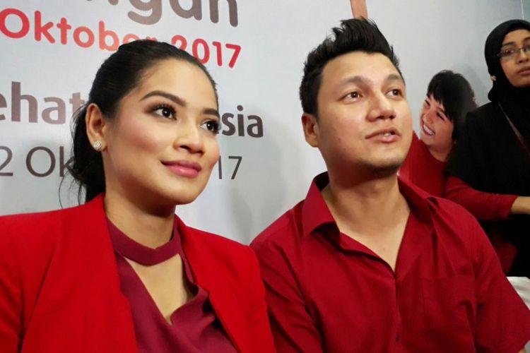 Titi Kamal dan Christian Sugiono saat menghadiri acara Tepuk Sehat Indonesia di SDN 03 Menteng, Jakarta Pusat, Kamis (12/10/2017).