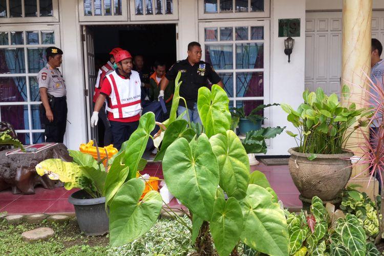 Sejumlah petugas saat mengevakuasi mayat Kombes Pol (Purn) Agus Samad (71) yang ditemukan tewas dengan kaki terikat tali rafia di rumahnya di Perum Bukit Dieng, Kota Malang, Sabtu (24/2/2018)