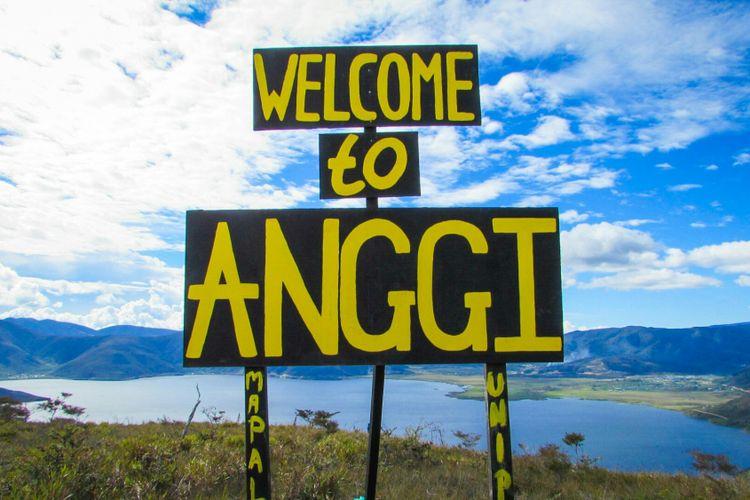 Papan penunjuk lokasi Welcome to Anggi di sekitar puncak Bukit Kobrey.