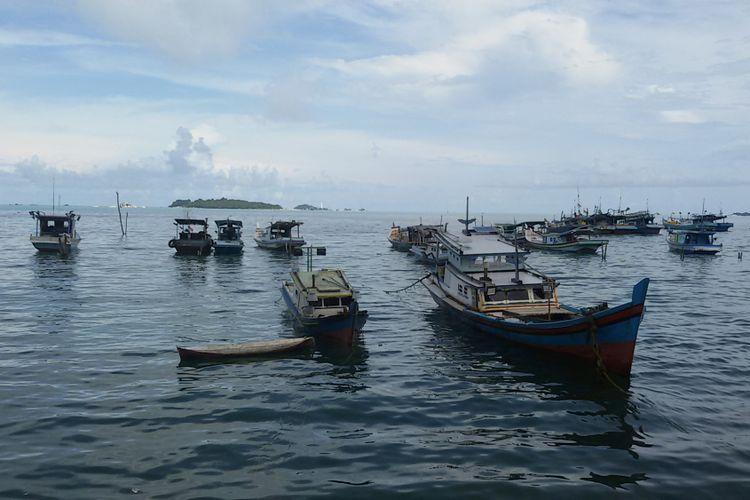 Perahu dan kapal milik nelayan Desa Tanjung Binga, Belitung, berjejer di sepanjang garis pantai.