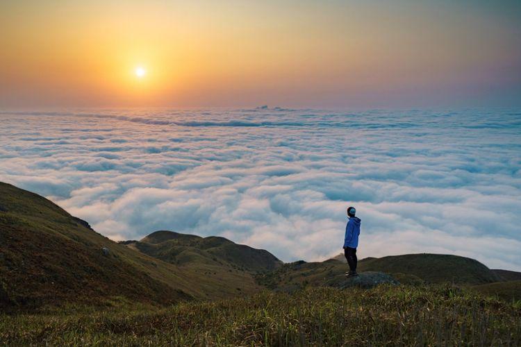 Langit yang dipenuhi bintang dan lautan awan yang terlihat dari puncak tertinggi 889 meter pada Sunset Peak, puncak tertinggi ketiga di Hong Kong.