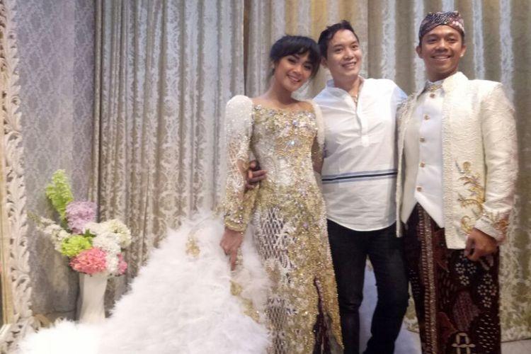 Sheza Idris dan Surya Ibrahim mengenakan busana pengantin mereka, karya perancang busana Hengky Kawilarang (tengah), di Hengky Kawilarang Boutique, Tebet, Jakarta Selatan, Kamis (3/8/2017).