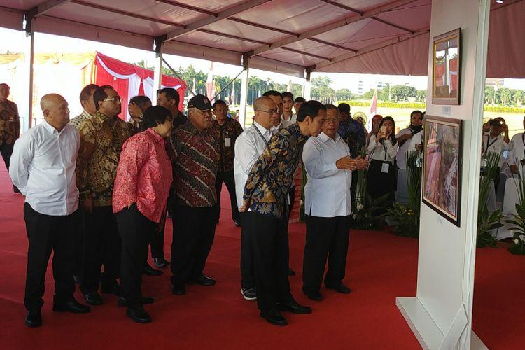 Presiden Joko Widodo menghadiri pameran foto infrastruktur di Monas, Jakarta, Minggu (27/8/2017).