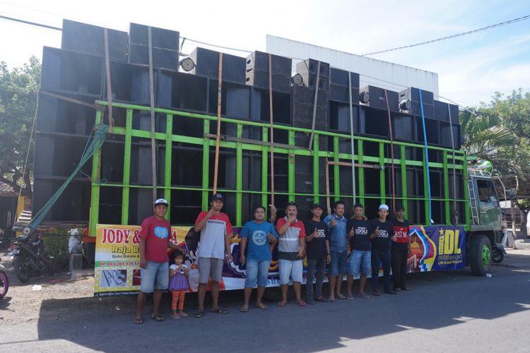 Sound system Idola Blitar yang disewa komunitas pemuda timur Pasar Komis Bagorejo Kecamatan Srono seharga Rp 30 juta.