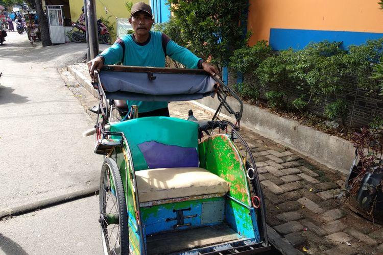 Karso (56) penarik becak di kawasan Warakas Tanjung Priok Jakarta Utara saat ditemui Selasa (16/1/2018). Ia mengaku terus menarik becak karena itulah pekerjaan yang ia tahu meski saat ini sudah banyak moda transportasi lain menggerus pendapatannya.