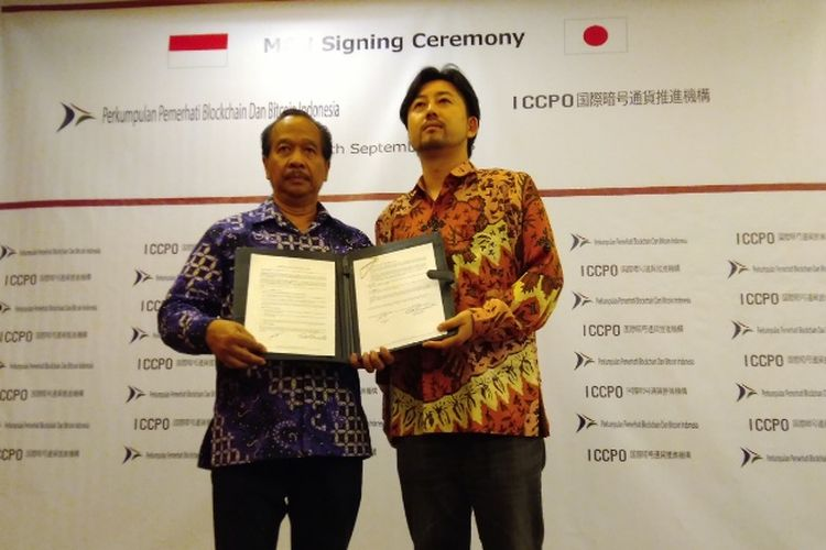Ketua Umum Perkumpulan Pemerhati Bitcoin & Blockchain Indonesia (PPBBI) Erwin Hadiyanto meneken kerja sama dengan Ketua International Crypto Currency Promotion Organization (ICCPO) Eisuke Kawamoto untuk pengembangan teknologi blockchain di Indonesia, Rabu (12/9/2018).