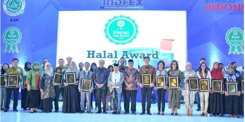 Sesi foto bersama para pemenang Halal Top Brand di Halal Award 2018