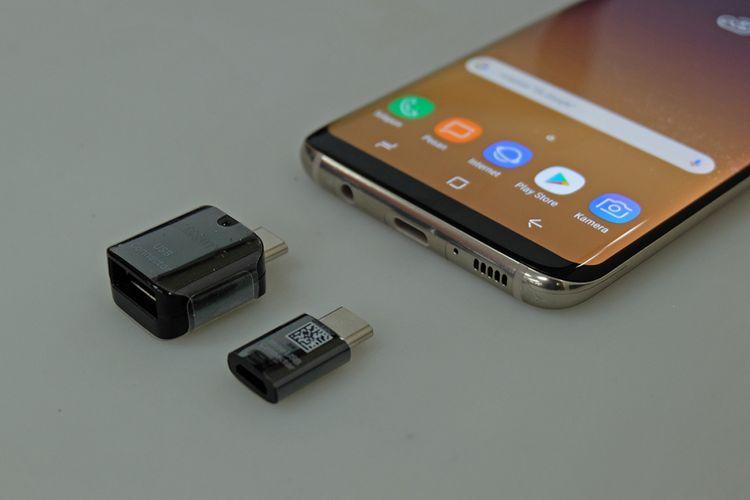 Adaptor USB Type-C ke USB dan Micro USB dalam paket pembelian Galaxy S8