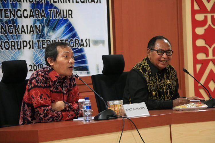 Wakil Ketua Komisi Pemberantasan Korupsi (KPK), Saut Situmorang (kiri) saat bersama Wakil Gubernur NTT Josef Nae Soi di Kupang, Kamis (21/3/2019)
