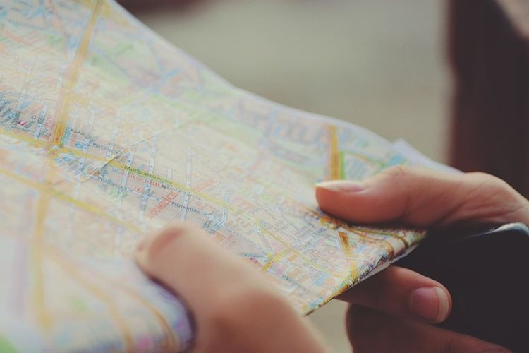 Ilustrasi membaca peta.