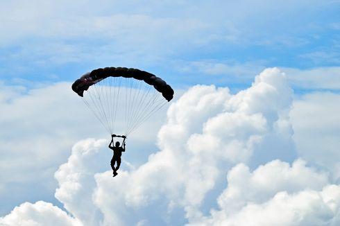 Dua Peterjun Payung Bertabrakan di Udara, 1 Tewas