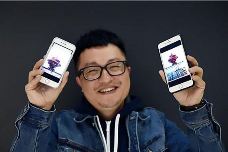 Ye memperlihatkan dua foto di mana dia dan istrinya, Xue, ternyata pernah mengunjungi tempat yang sama dalam waktu yang bersamaan.