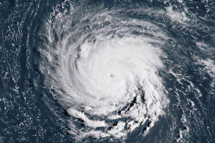Citra satelit NOAA / RAMMB ini diambil pada pukul 11:45 UTC pada Senin (10/9/2018), menunjukkan Badai Florence di lepas pantai timur Amerika Serikat di Samudra Atlantik. (AFP)