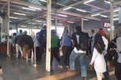 Pakai Tiket Keras, Antrean Penumpang KRL di Stasiun Manggarai Berlangsung Normal