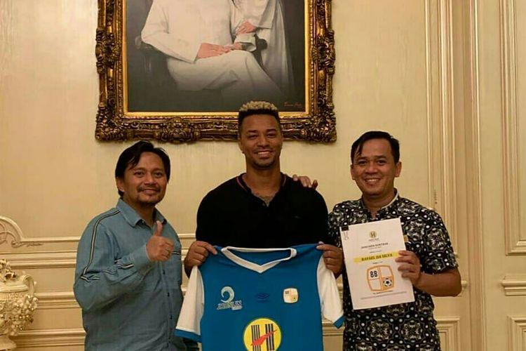 Rafael Silva (tengah) dan manajer Barito Putera Hasnuryadi Sulaiman (kiri), usai proses penandatanganan kontrak.
