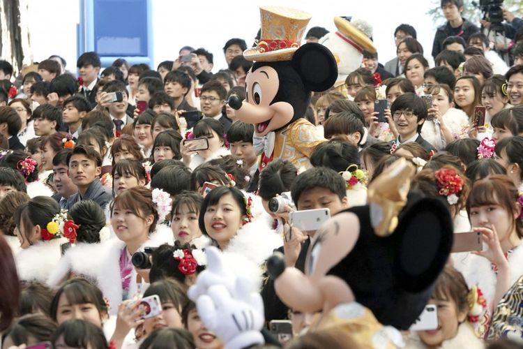Masyarakat Jepang menikmati wahana Disney saat Seijin no Hi.